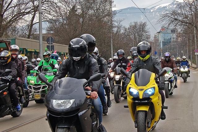 Prilby na motorku a ich (rozdielne) vlastnosti