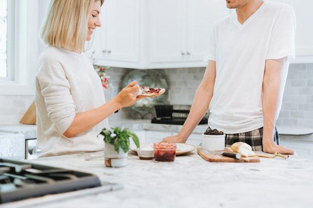 Muž a žena v pyžame stoje pri linke v kuchyni.jpg