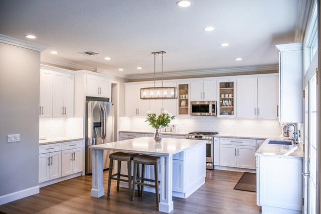Moderne zariadená kuchyňa so zástenou za linkou.jpg