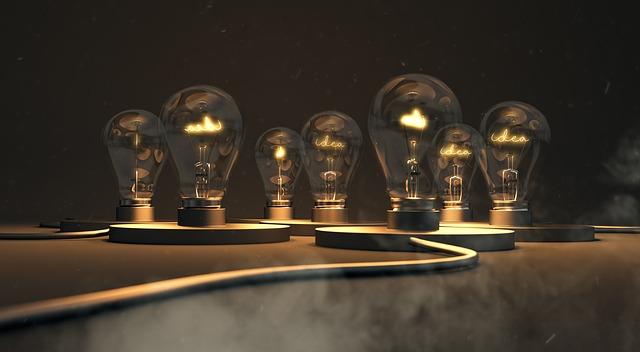 Žiarovky na podstavcoch položené vedľa seba na stole.jpg