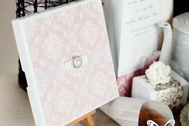 Originálne svadobné oznámenie s krabičkou a v nežných farebných tónoch.jpg