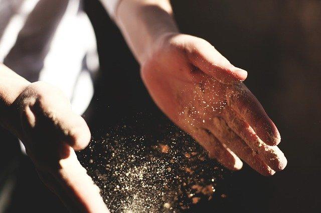 Človek má medzi rukami prach.jpg