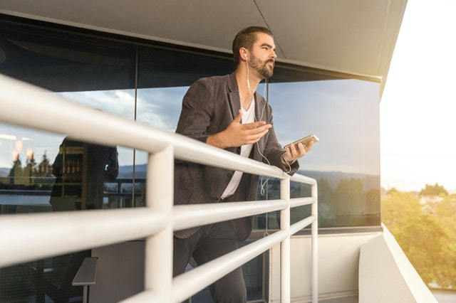 muž na balkóne